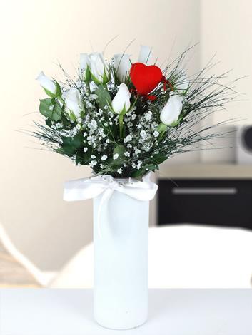 cam vazoda beyaz güller